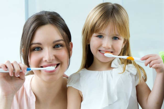 צחצוח שיניים מונע בעיות בחניכיים